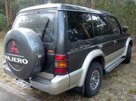 1991-1993_Mitsubishi_Pajero__NH__V6_3000_wagon_04.jpg